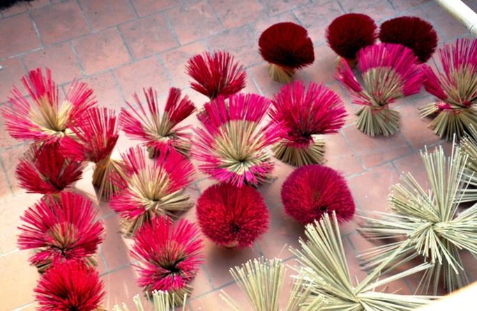Cận cảnh sự vất vả để làm ra những nén hương thắp Tết cổ truyền - Ảnh 5.