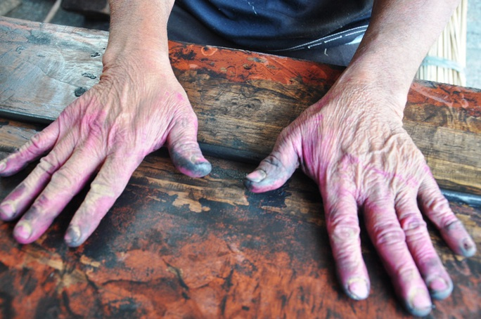Cận cảnh sự vất vả để làm ra những nén hương thắp Tết cổ truyền - Ảnh 9.