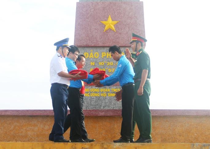 Thiêng liêng trao cờ Tổ quốc trên đảo tiền tiêu Phú Quý - Ảnh 3.