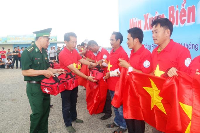 Thiêng liêng trao cờ Tổ quốc trên đảo tiền tiêu Phú Quý - Ảnh 13.