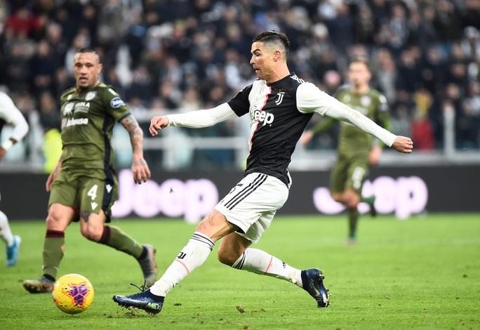 Ronaldo bắt kịp thành tích ghi bàn của Messi sau khi lập hat-trick vào lưới Cagliari - Ảnh 2.