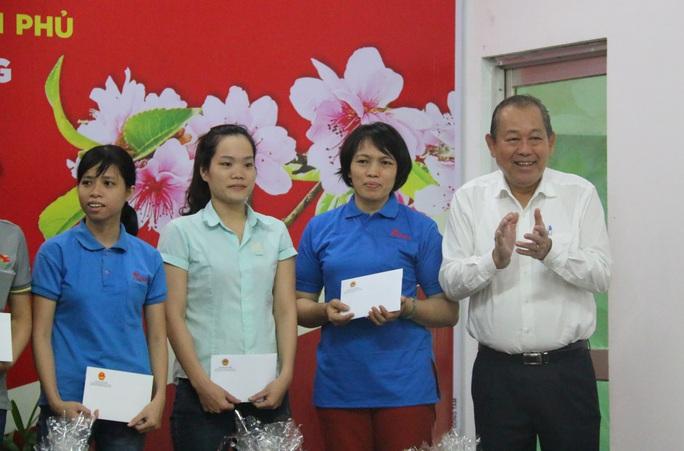Phó Thủ tướng Thường trực Trương Hòa Bình tặng 400 suất quà Tết ở Quảng Nam - Ảnh 4.