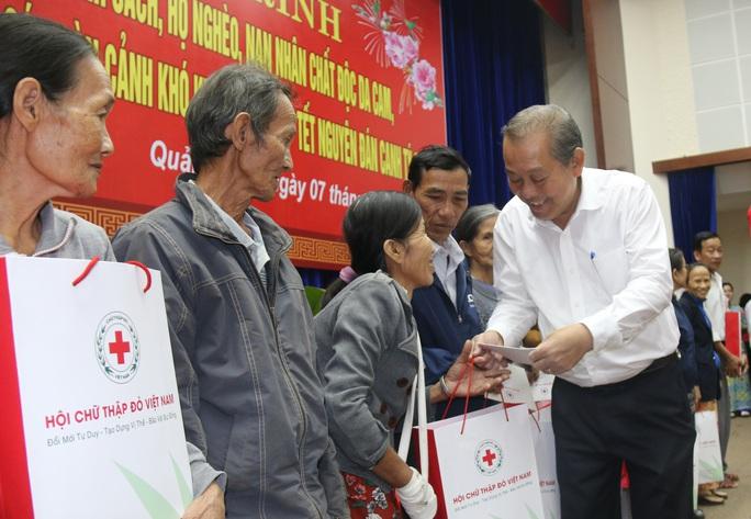 Phó Thủ tướng Thường trực Trương Hòa Bình tặng 400 suất quà Tết ở Quảng Nam - Ảnh 1.