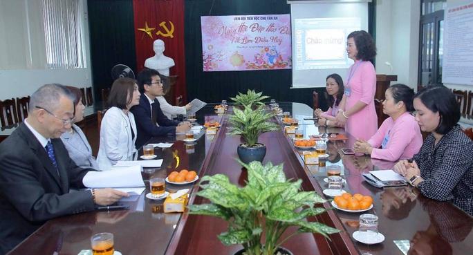 Phu nhân Ngoại trưởng Nhật Bản trò chuyện với học sinh trường Chu Văn An - Ảnh 3.