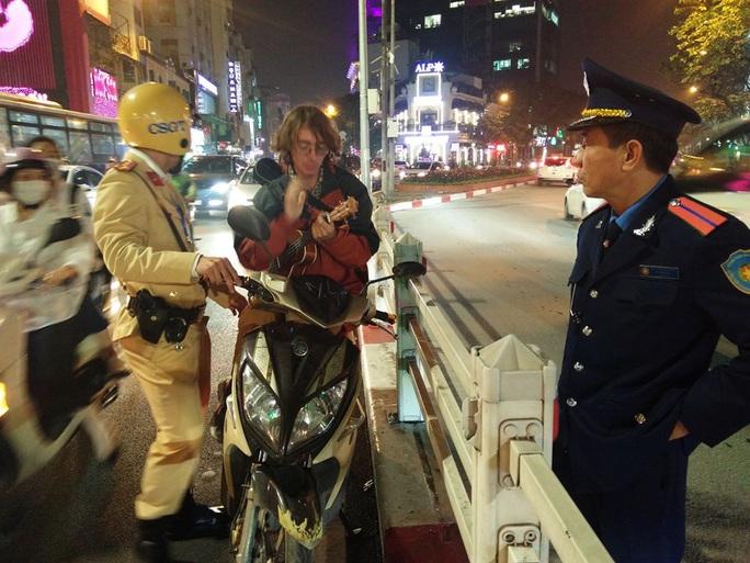 Bị CSGT kiểm tra, nam thanh niên người Nga mang đàn ra gảy, hát giữa lòng đường - Ảnh 1.