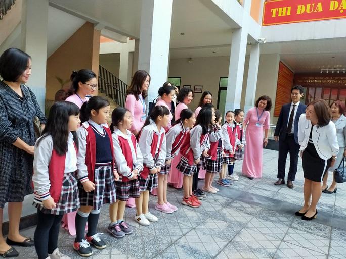 Phu nhân Ngoại trưởng Nhật Bản trò chuyện với học sinh trường Chu Văn An - Ảnh 2.