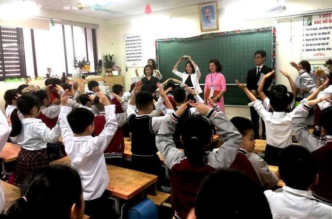 Phu nhân Ngoại trưởng Nhật Bản trò chuyện với học sinh trường Chu Văn An - Ảnh 9.