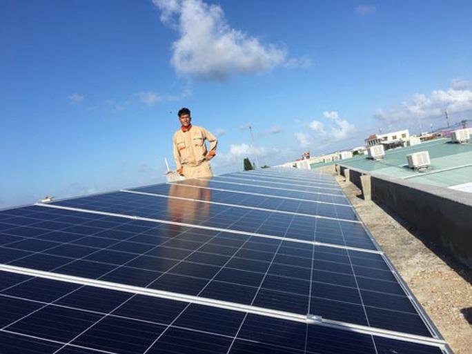 Bộ Công Thương chấp thuận cho EVN giải phóng điện mặt trời áp mái - Ảnh 1.