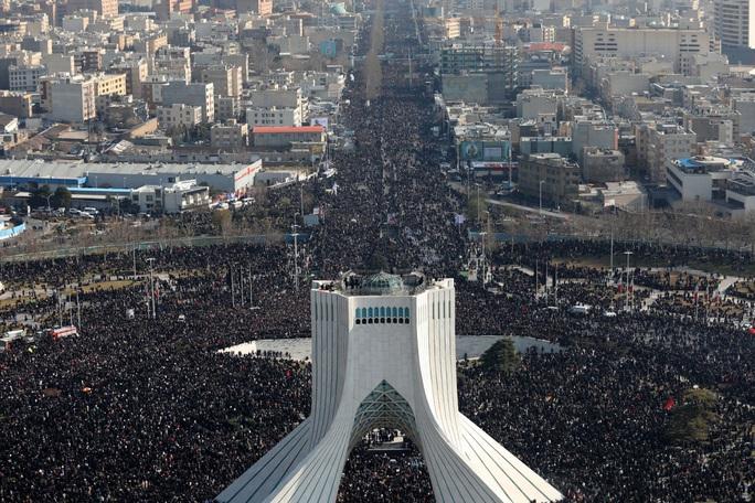 Đại giáo chủ Iran liên tục bật khóc trước linh cữu tướng Soleimani - Ảnh 5.