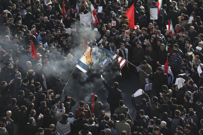 Đại giáo chủ Iran liên tục bật khóc trước linh cữu tướng Soleimani - Ảnh 10.