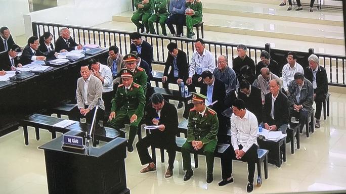 Xử 2 nguyên chủ tịch Đà Nẵng: Bị cáo khóc nghẹn và sốc khi bị đề nghị 14-16 năm tù - Ảnh 1.