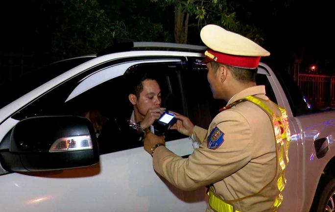 11 người lái xe ôtô có nồng độ cồn bị phạt 385 triệu đồng - Ảnh 1.