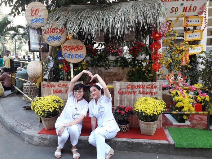 Có một đường hoa đặc biệt trong Bệnh viện Chợ Rẫy - Ảnh 1.