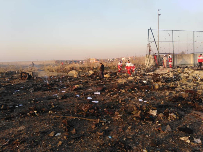 Rơi máy bay Boeing chở hơn 170 người ở Iran, không ai sống sót - Ảnh 7.