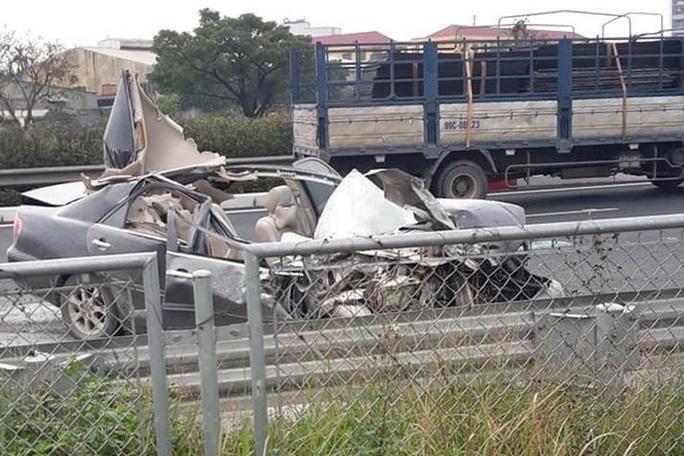 CLIP: Xe Camry lao vun vút, tông thẳng vào đuôi xe tải rồi bốc cháy - Ảnh 2.