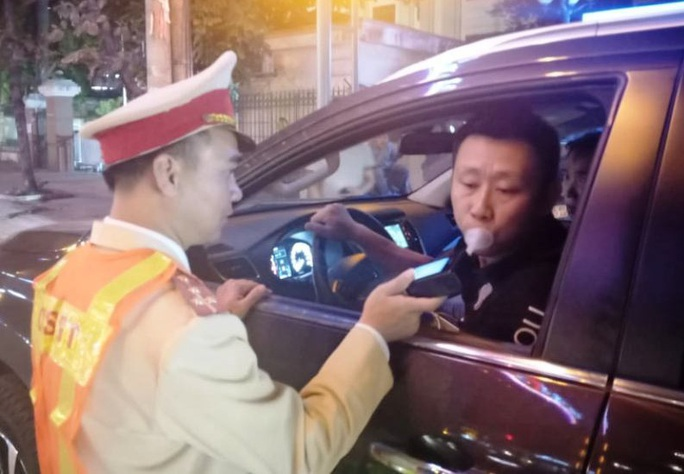 Một người Trung Quốc bị xử phạt 40 triệu đồng vì lái xe ôtô có nồng độ cồn - Ảnh 1.