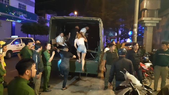 Quán bar V8 Club ở Biên Hòa vừa bị công an đánh úp - Ảnh 1.