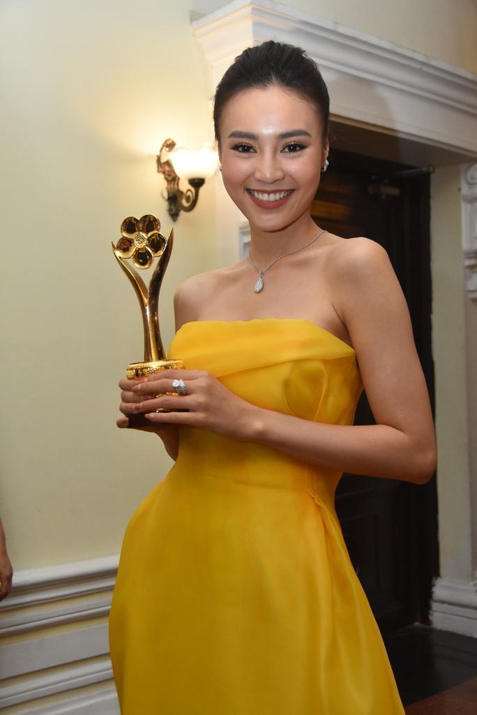 Vợ chồng Lâm Vỹ Dạ lao vào vòng tay fan mừng Mai Vàng - Ảnh 10.