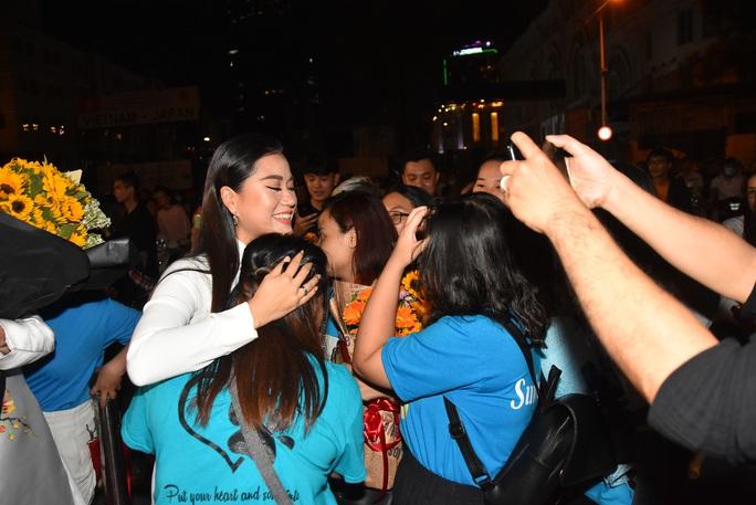 Vợ chồng Lâm Vỹ Dạ lao vào vòng tay fan mừng Mai Vàng - Ảnh 4.