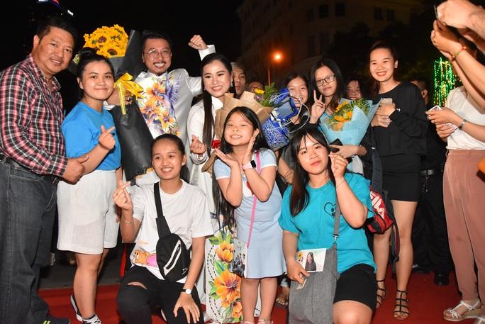 Vợ chồng Lâm Vỹ Dạ lao vào vòng tay fan mừng Mai Vàng - Ảnh 7.
