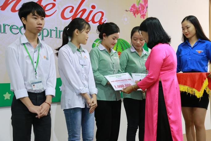 Đại học Đông Á:  Tặng 238 vé xe Tết cho sinh viên khó khăn - Ảnh 1.