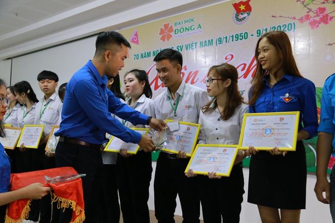 Đại học Đông Á:  Tặng 238 vé xe Tết cho sinh viên khó khăn - Ảnh 2.