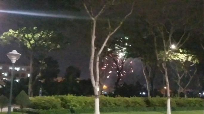 Truy tìm nhóm đối tượng tổ chức bắn pháo hoa trái phép cạnh UBND quận - Ảnh 1.