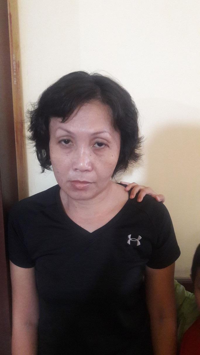 Bắt giữ người phụ nữ xúi con nuôi trộm túi tiền của bà bán cà phê vỉa hè ở quận 3 - Ảnh 1.