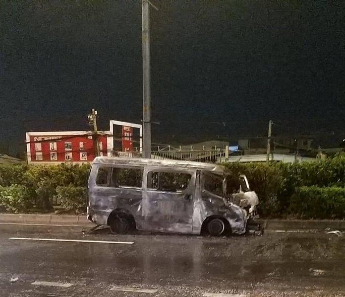 Ôtô 16 chỗ cuốn xe máy dân quân vào gầm, tông xe container rồi cháy trơ khung - Ảnh 2.