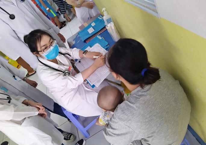 TP HCM cảnh báo bệnh tay chân miệng tăng cao nhất trong năm - Ảnh 1.
