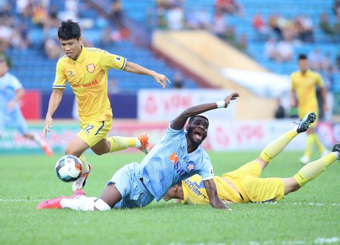 Thất bại trên sân khách, SHB Đà Nẵng và SLNA mất cơ hội tranh ngôi vô địch V-League - Ảnh 2.