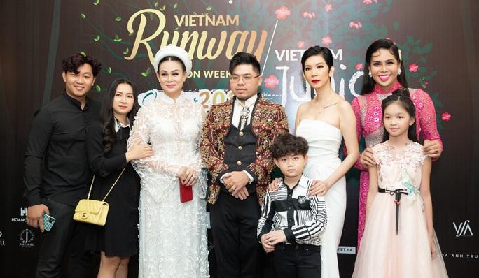 Siêu mẫu Xuân Lan trở lại với show đúp 2 tuần lễ thời trang - Ảnh 2.