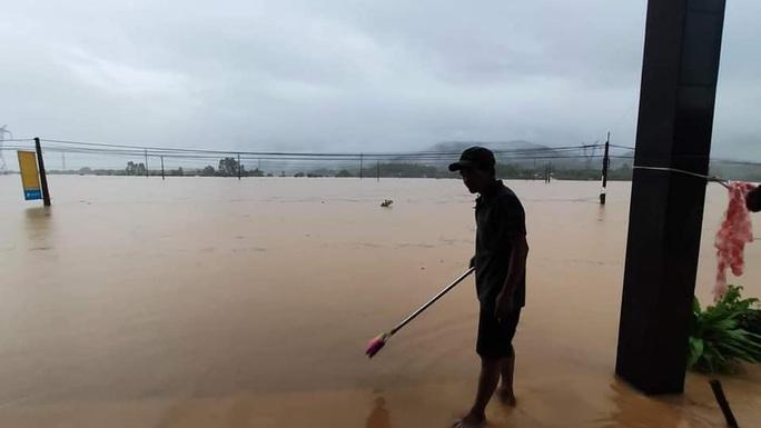 Quảng Nam nước lên, nhiều nơi bị ngập, hàng loạt thủy điện xả lũ điều tiết nước - Ảnh 3.