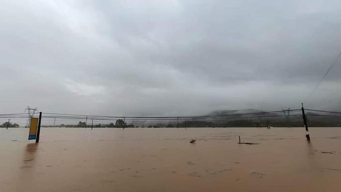Quảng Nam nước lên, nhiều nơi bị ngập, hàng loạt thủy điện xả lũ điều tiết nước - Ảnh 2.