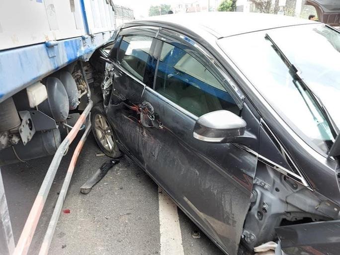 Xế hộp bị xe ben vò nát, đôi nam nữ may mắn thoát nạn - Ảnh 3.