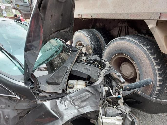 Xế hộp bị xe ben vò nát, đôi nam nữ may mắn thoát nạn - Ảnh 4.
