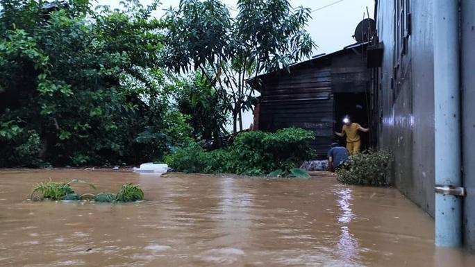 Quảng Nam nước lên, nhiều nơi bị ngập, hàng loạt thủy điện xả lũ điều tiết nước - Ảnh 1.