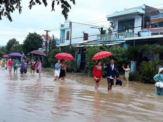 CIP: Xóm làng xứ Quảng giải cứu 55 mâm cỗ cưới bị ế do mưa lũ - Ảnh 1.