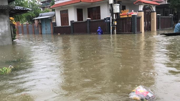 Lũ lụt miền Trung: Hơn 24.000 căn nhà ở Huế ngập nặng, nhiều nơi lũ xuất hiện sau 21 năm - Ảnh 4.