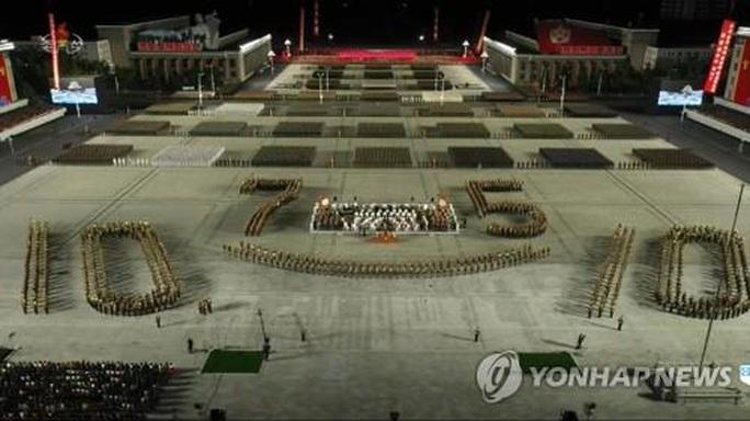 Thông điệp bất ngờ của ông Kim Jong-un tại lễ duyệt binh kỳ lạ - Ảnh 3.