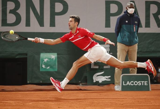 Đánh bại tài năng Hy Lạp, Djokovic hẹn chung kết với Rafael Nadal - Ảnh 4.