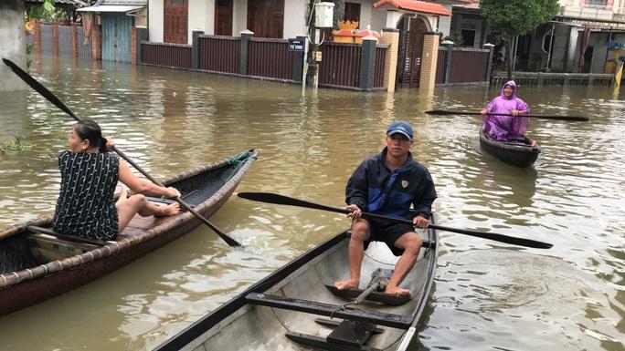 Lũ lụt miền Trung: Hơn 24.000 căn nhà ở Huế ngập nặng, nhiều nơi lũ xuất hiện sau 21 năm - Ảnh 1.