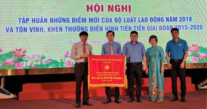 LĐLĐ TP Đà Nẵng nhận Cờ thi đua của Chính phủ - Ảnh 1.