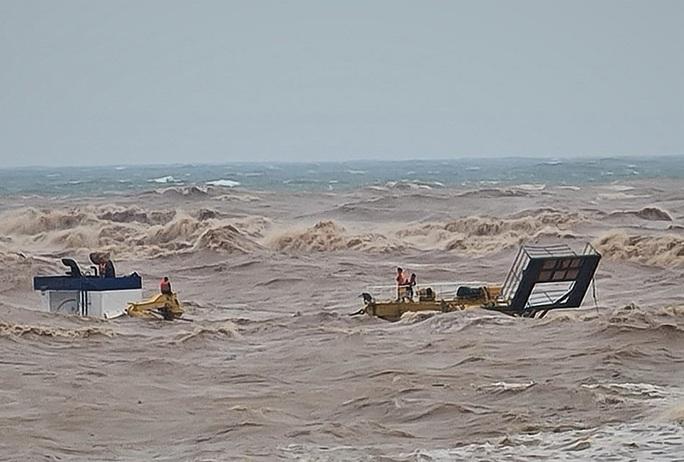 Tàu cá bị sóng đánh chìm khi ra cứu 8 thuyền viên trên tàu mắc cạn trên biển - Ảnh 1.