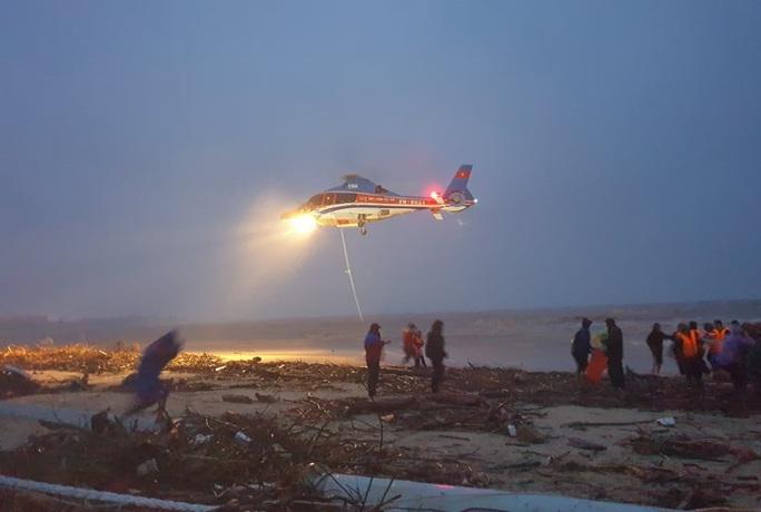 Bộ Quốc phòng điều trực thăng tham gia cứu nạn thuyền viên tàu mắc cạn - Ảnh 2.