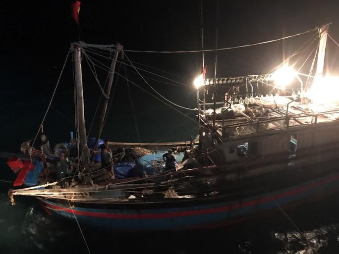 CLIP: Cảnh sát biển cứu nạn tàu cá giữa sóng to, gió lớn - Ảnh 4.