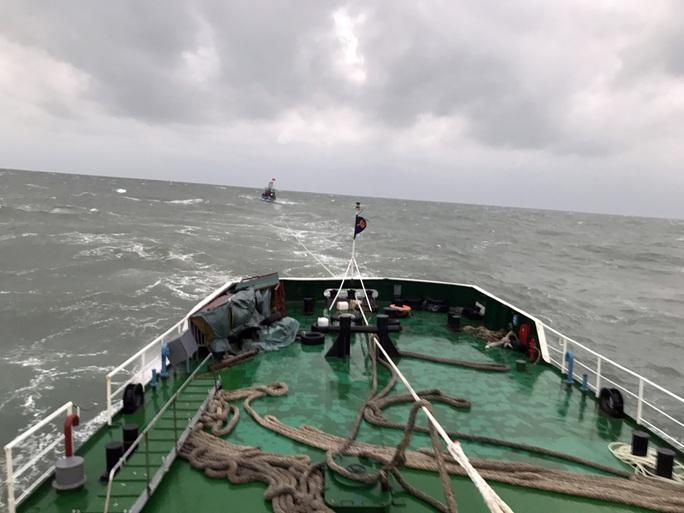 CLIP: Cảnh sát biển cứu nạn tàu cá giữa sóng to, gió lớn - Ảnh 2.