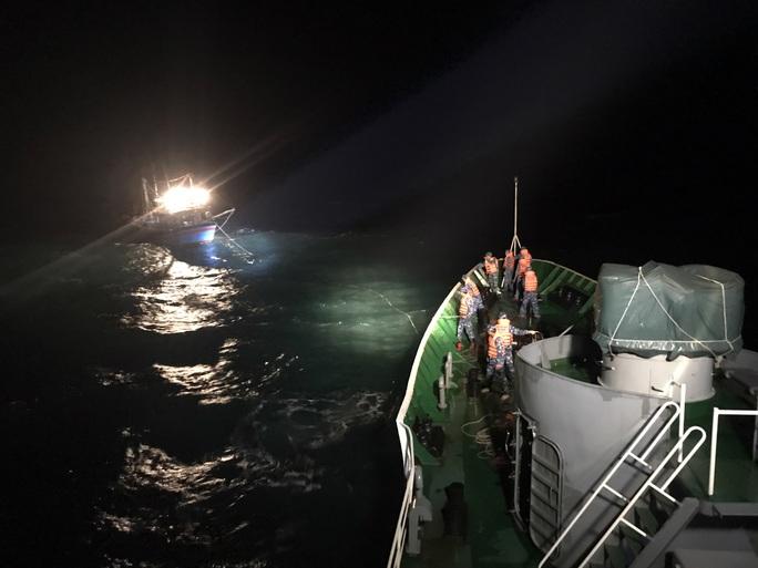 CLIP: Cảnh sát biển cứu nạn tàu cá giữa sóng to, gió lớn - Ảnh 3.
