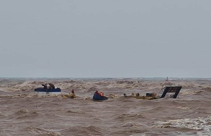Bộ Quốc phòng điều trực thăng tham gia cứu nạn thuyền viên tàu mắc cạn - Ảnh 4.