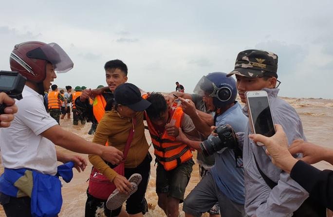 Bộ Quốc phòng điều trực thăng tham gia cứu nạn thuyền viên tàu mắc cạn - Ảnh 1.